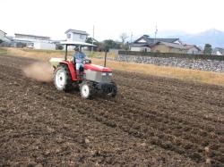 農家直送の通販でお届けするおいしいお米の肥料散布の様子
